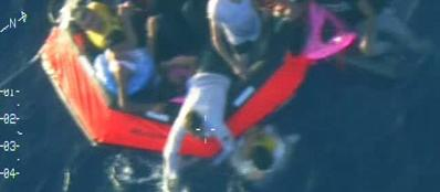 I primi soccorsi ai migranti (Ansa/Marina maltese)