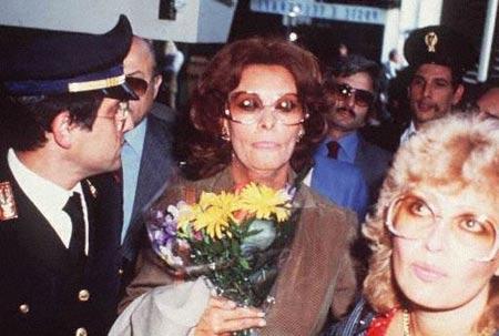 La Loren all'uscita del carcere nel 1982