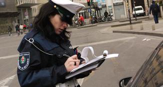 Vigilessa in azione a Milano (Ansa/Guatelli)