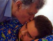Augusto Odone bacia il figlio Lorenzo, morto nel 2008 (Ansa)