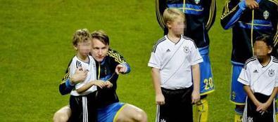 Kallstrom abbraccia il bimbo