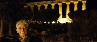 Il ministro dei Beni Culturali Massimo Bray e, sullo sfondo, il Tempio di Giunone, ad Agrigento