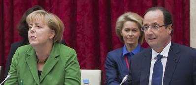Angela Merkel e Fran�ois Hollande insieme a Parigi (Epa)