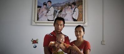 Zhu Fei e la moglie  Wang Xiu, abitanti del nuovo villaggio di Hui,  provincia di Henan, con il figlio Zhu Qiu (Epa). Dal 1971 in Cina sono stati sterilizzati 196 milioni di uomini e donne