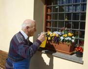 Un anziano fa lavori di giardinaggio a Griesfeld