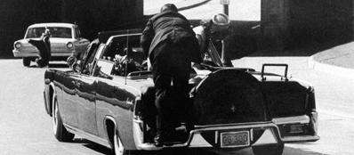 Dallas, 22 novembre 1963: il presidente Kennedy è stato appena colpito, la limousine presidenziale corre verso l'ospedale