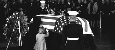 Jacqueline Kennedy bacia la bara del marito. Accanto a lei la figlia Caroline (Ap/Griffin)