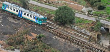 Il convoglio sulla linea Olbia-Chilivani deragliato a seguito del nubifragio di lunedì (Ansa/Fusco)