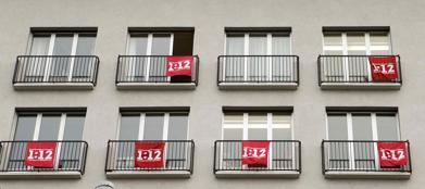 Case con la bandiera 1:12, simbolo della proposta di limitare gli stipendi dei manager a 12 volte quelli dei dipendenti (Reuters/Wiegmann)