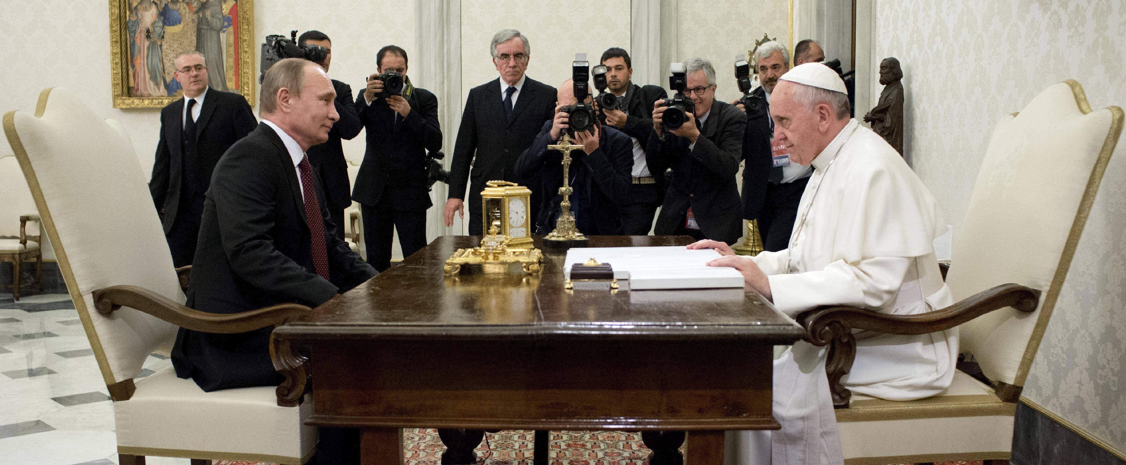 Un momento del colloquio tra Papa Bergoglio e il presidente russo Putin (Ap)