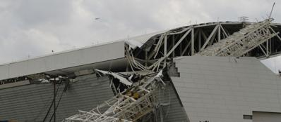 La gru crollata sulla tribuna dello stadio Itaquerão (Reuters/Doce)