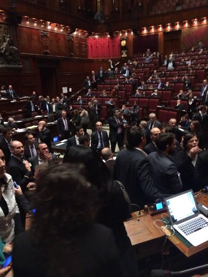 bagarre in parlamento con gli m5s