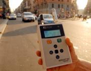 Rilevamento delle polveri sottili in una città italiana (Fotogramma)