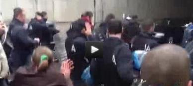 L'immagine tratta da un video girato da �Today� : alcuni poliziotti si tolgono il casco a  Torino (Ansa/Today.it)