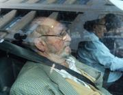 L'arrivo di Jean-Claude Mas in tribunale a Marsiglia per la lettura della sentenza (Afp)