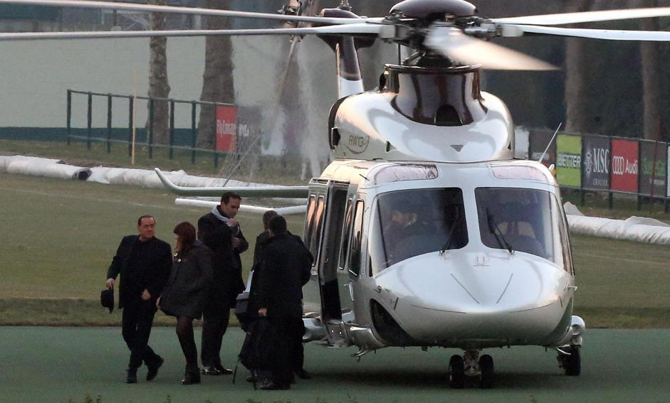 Elicottero Silvio Berlusconi : Berlusconi e barbara in elicottero a milanello