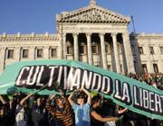 La gioia degli antiproibizionisti dopo il voto a Montevideo (Epa)