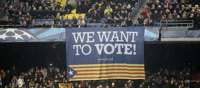 Uno striscione per il referendum al Camp Nou (Reuters)