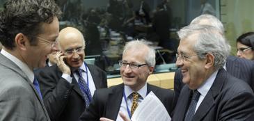 Il ministro delle Finanze tedesco, Jeroen Dijsselbloem, a sinistra, parla con Fabrizio Saccomanni al meeting di Bruxelles