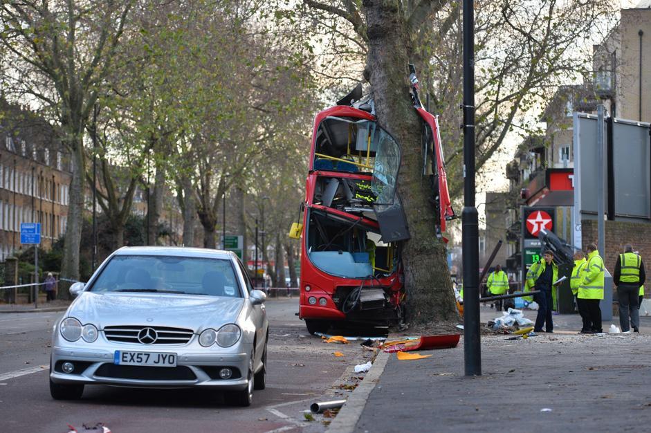 Bus contro albero feriti a londra for Finito piano piano interruzione sciopero piani