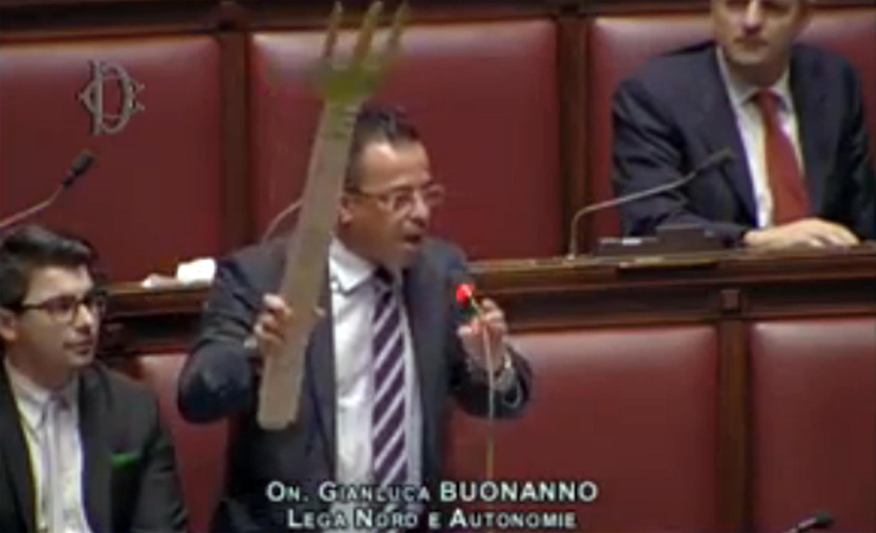 Gianluca Buonanno con il forcone in Aula: il leghista guida l'ostruzionismo del Carroccio contro il decreto salva Roma