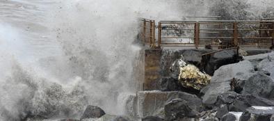 Le onde si infrangono sul lungomare di Genova durante la mareggiata (Ansa/Zeggio)