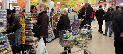 Famiglie al supermercato: stando alle proiezioni Cgia nel 2013 le tasse hanno «pesato» di meno