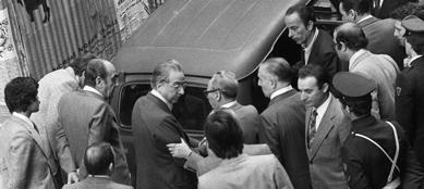 9 maggio 1978: Francesco Cossiga, allora ministro del'Interno, davanti alla Renault 4. Il baule deve essere ancora aperto.
