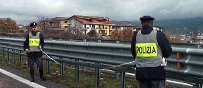 La polizia stradale sul luogo in cui martedì notte due donne sono morte investite da un'auto pirata, nei pressi di Cosenza sulla A3 (Ansa/Francesco Arena)