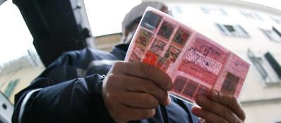 Il nuovo modello europeo di patente plastificata sostituisce quella vecchia di carta.