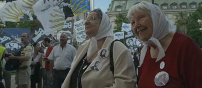 Vera Vigevani Jarach durante una manifestazione delle Madri di Plaza de Mayo a Buenos Aires