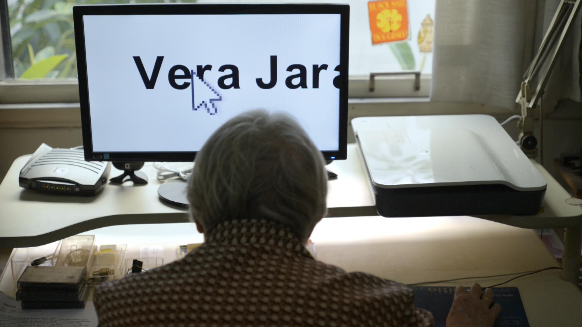 Vera al computer nella cameretta di Franca, dove ha ricavato spazio per la sua scrivania