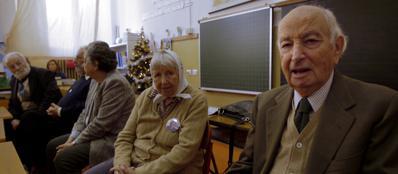 Vera Vigevani Jarach e Guido Artom (in primo piano) durante un incontro con gli studenti nella scuola di via della Spiga