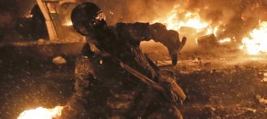 Un manifestante lancia una molotov:  fiamme nel cuore di Kiev (Ap)