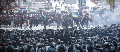 La polizia fronteggia i manifestanti nel centro di Kiev(Afp)