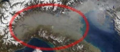 Foto del 17 marzo 2005 ripresa dallo spettroradiometro Modis a bordo del satellite Terra mostra la pianura padana in inverno coperta da una cappa di particolato. L'immagine non è collegata a questa ricerca ma intende illustrare la condizione della pianura padana (da Nasa)
