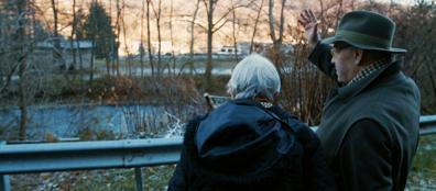 Vera e Franco Giannantoni nella zona in cui il nonno tentò di attraversare il fiume e raggiungere la Svizzera