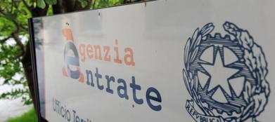 L'ingresso di una sede delle Entrate. In Italia i reati fiscali sembrano �invisibili� (Ansa)