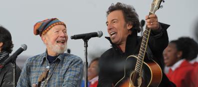 Pete Seeger accanto a Bruce Springsteen: insieme nel 2009 cantano al Lincoln Memorial nel giorno dell'ingresso di Obama alla Casa Bianca (Afp)