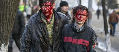 Manifestanti feriti durante gli scontri a Kiev, il 18 febbraio (Reuters)