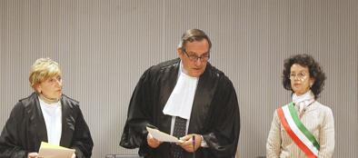Il giudice Nencini, al centro, durante la lettura della sentenza (LaPresse)