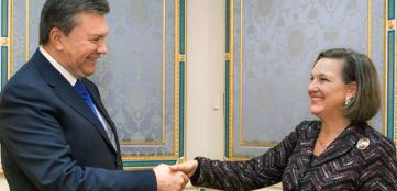 Il presidente ucraino Viktor Yanukovich e il vicesegretario di Stato americano, Victoria Nuland (Epa/Pool)