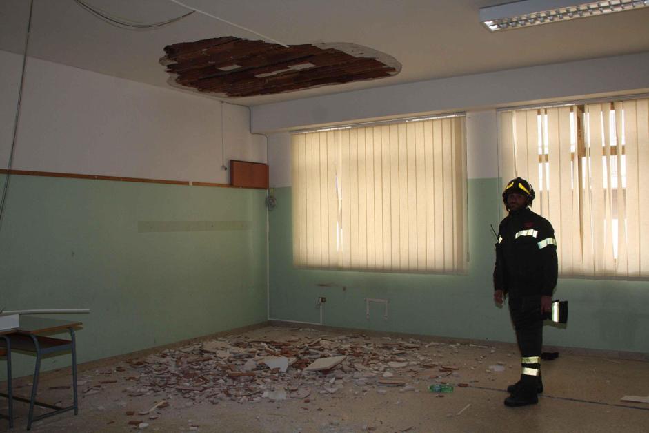 Cade l intonaco del soffitto di una scuola a palermo tre for Scuola arredatore d interni