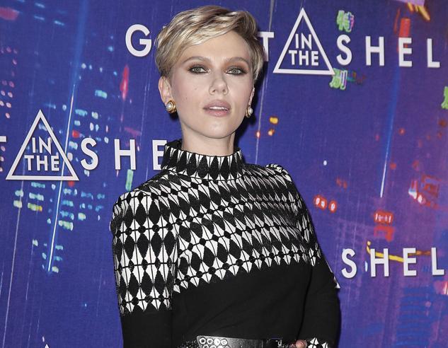 Scarlett Johansson nero e pelliccia a Parigi (dopo il divorzio)