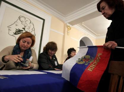Elettori votano in un seggio di Pobednoe (Ap)