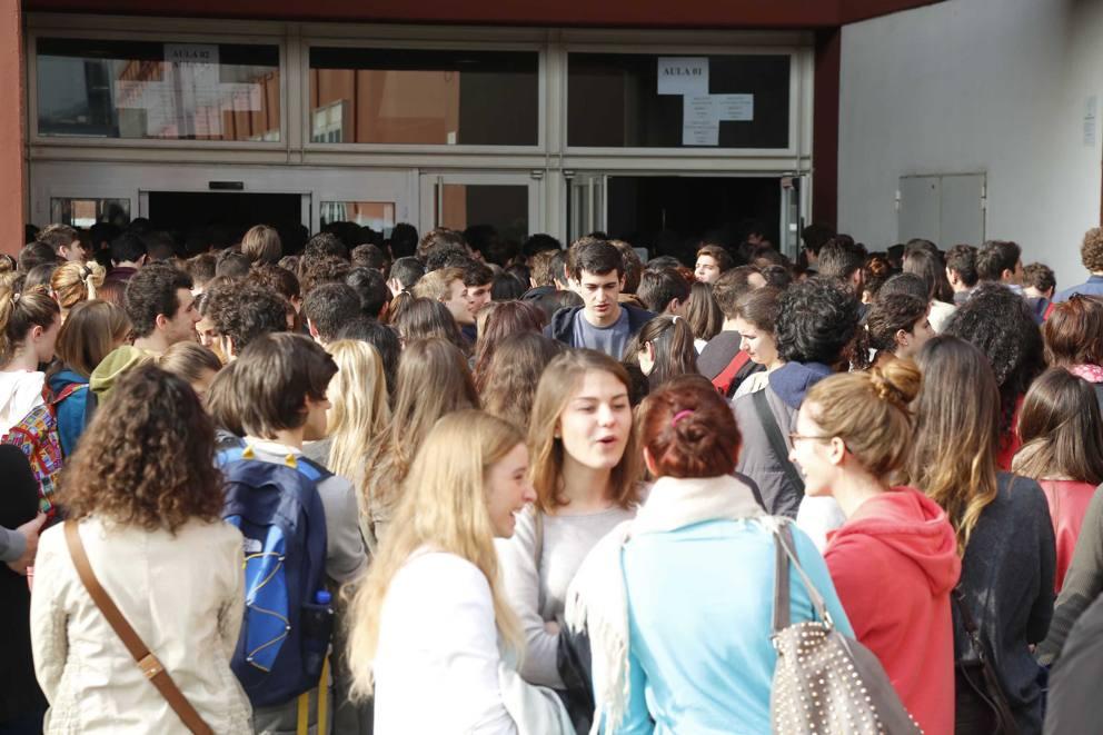 In coda per il test la protesta no al numero chiuso for Scuola di moda brescia