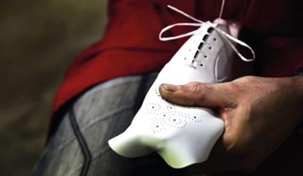 Corridonia Cosa significa avere ai piedi una scarpa dipinta a mano
