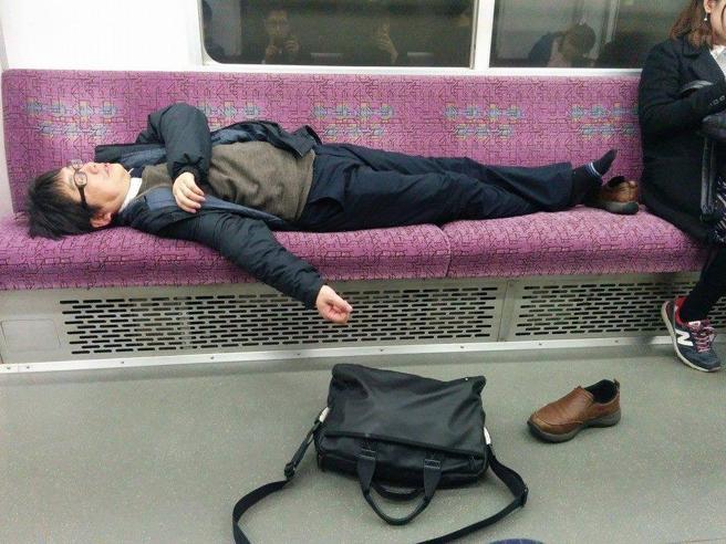 Alcol e stanchezza, gli impiegati giapponesi distrutti dal lavoro