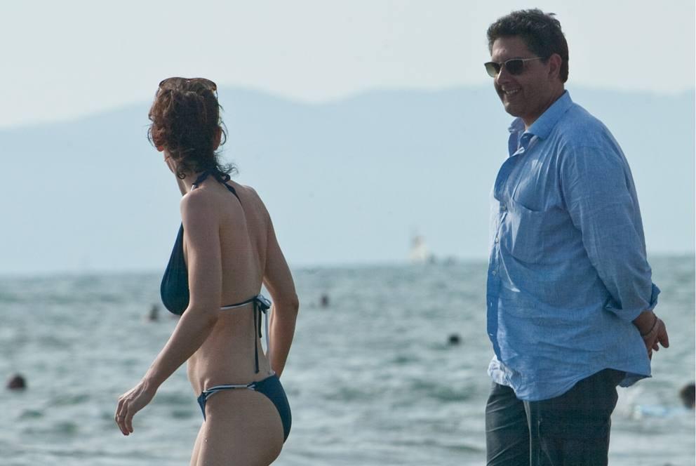 La ministra boschi in bikini fucsia e con il telefonino in mano - Bagno elena forte dei marmi ...
