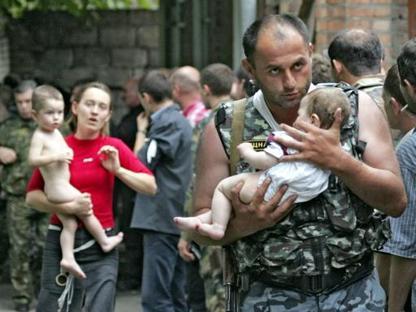 Piccoli ostaggi portati in salvo durante l'assedio (Ansa)